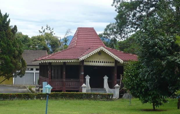 salah satu rumah adat sumatera